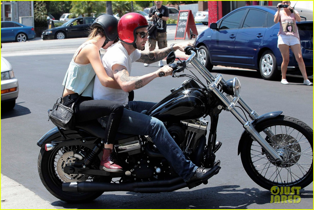 adam levine behati prinsloo mustard seed cafe couple 16