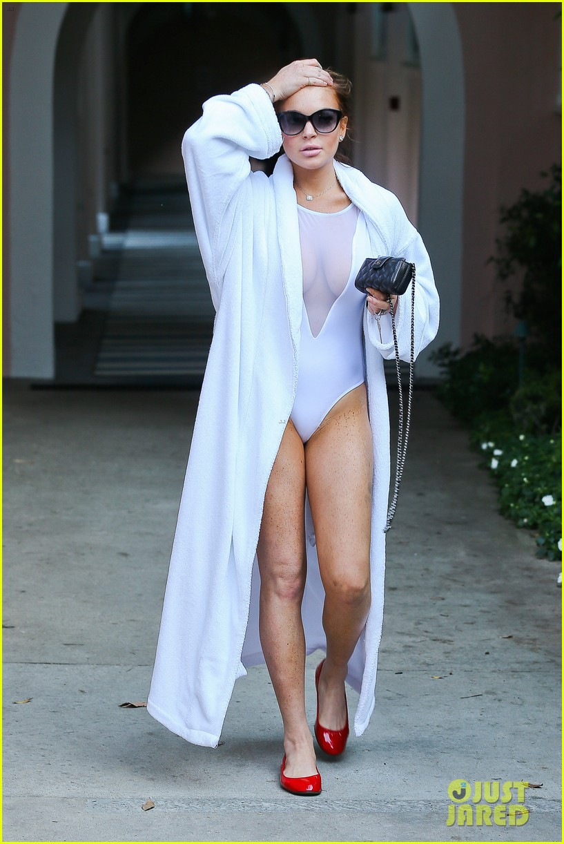 lindsay lohan poolside break in hollywood 122697849