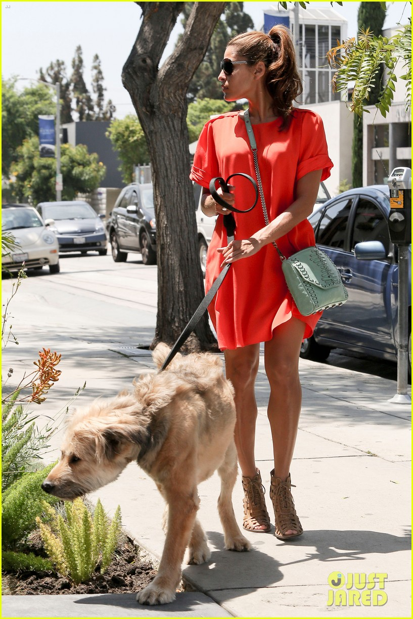 eva mendes beverly hills dog walker 122696067