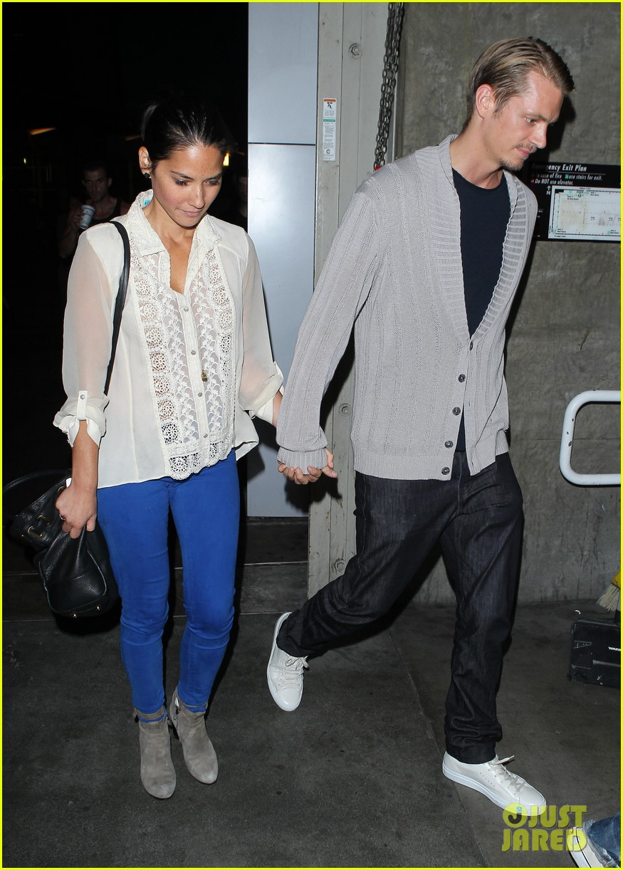 olivia munn joel kinnaman movie theater couple 03