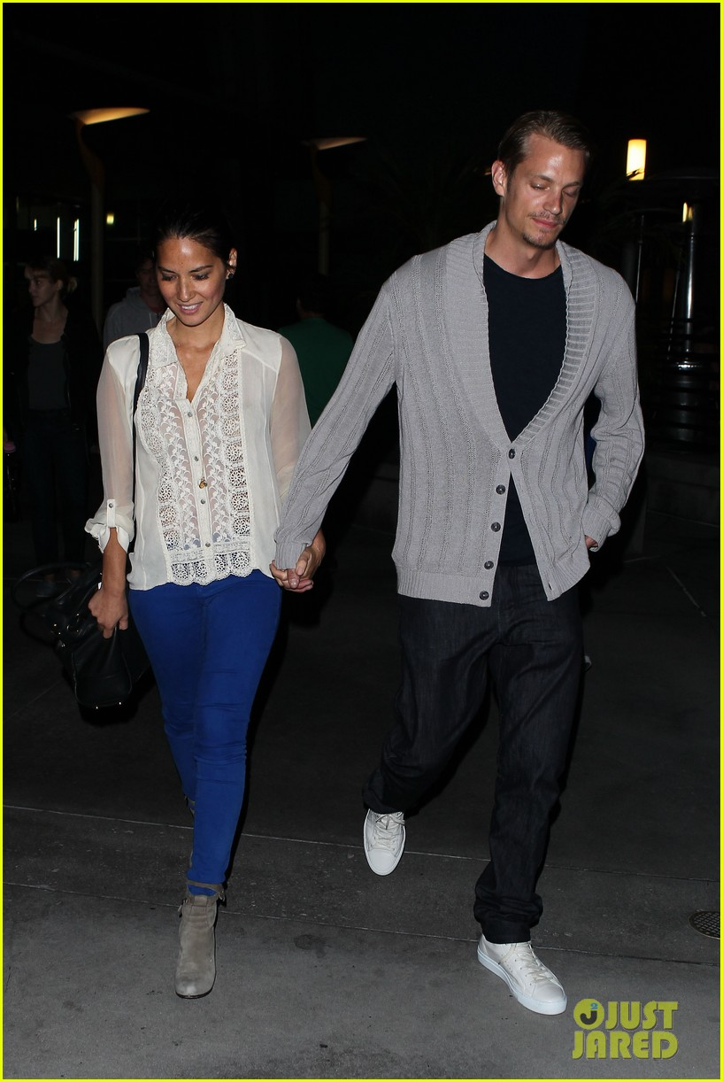 olivia munn joel kinnaman movie theater couple 042707770