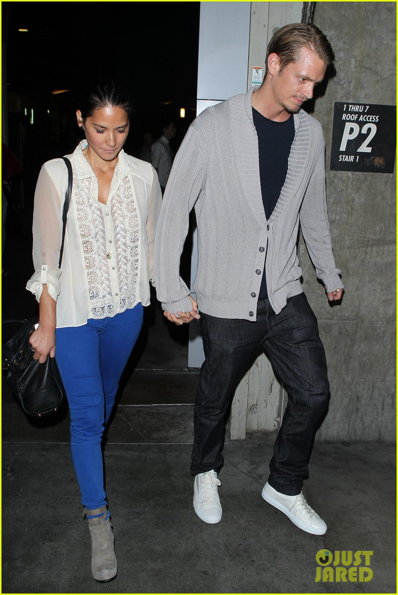 olivia munn joel kinnaman movie theater couple 062707772