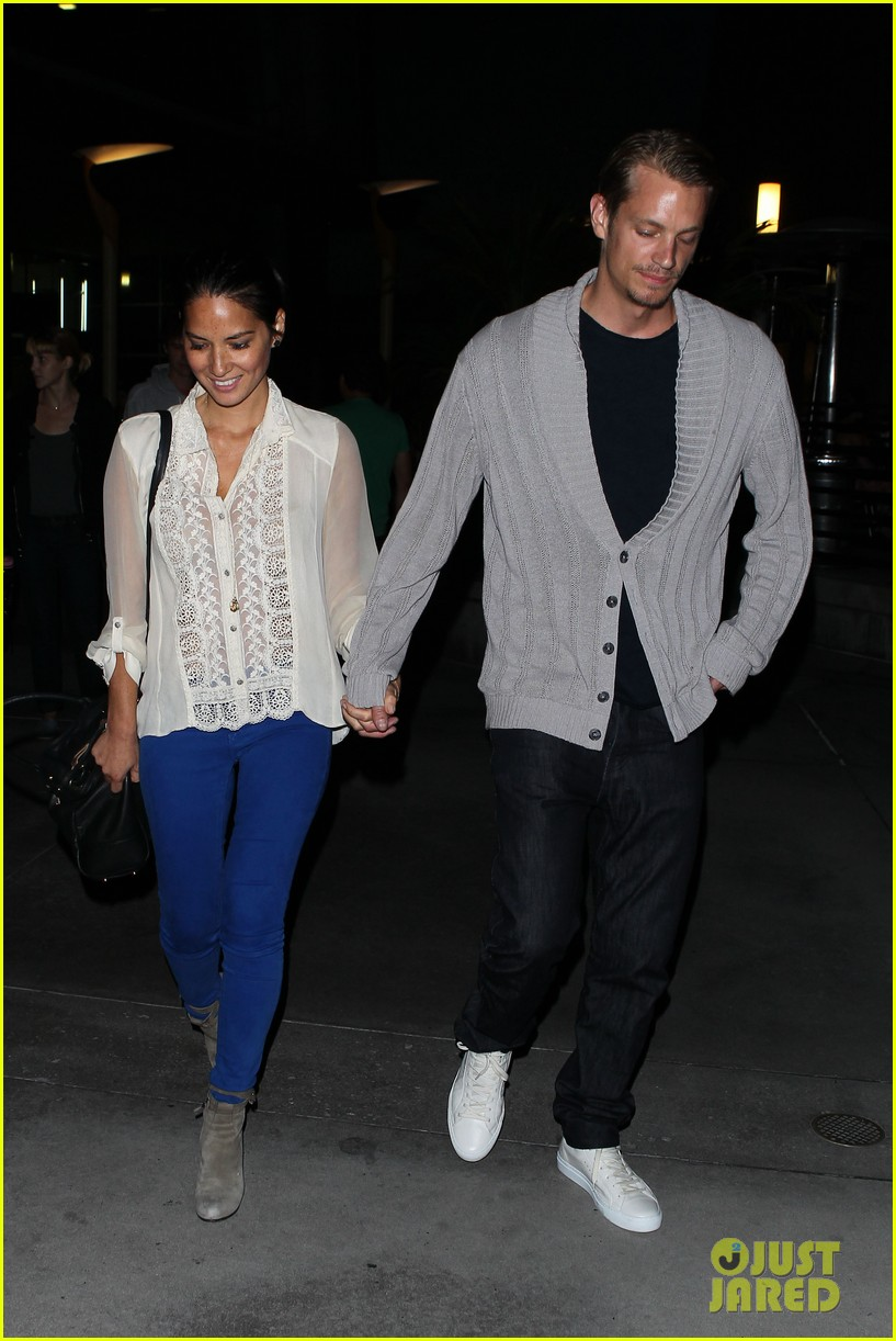 olivia munn joel kinnaman movie theater couple 09