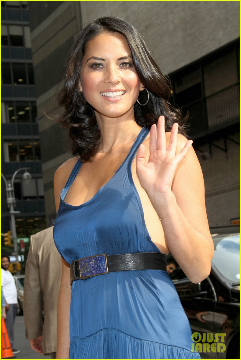 olivia munn fist bump david letterman 21