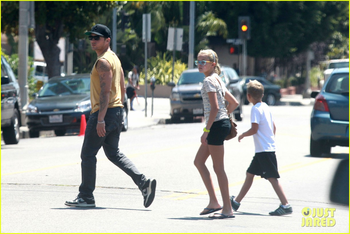 ryan phillippe roscoes chicken with ava deacon 02