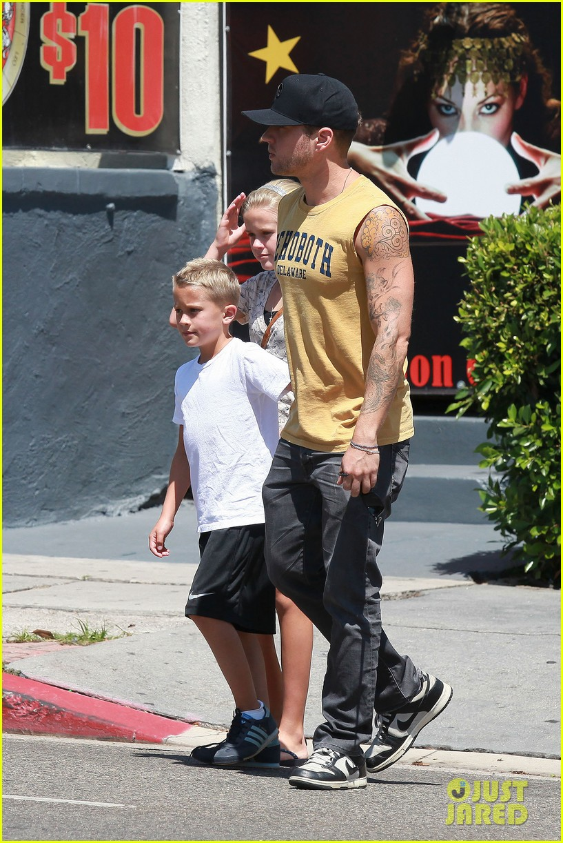 ryan phillippe roscoes chicken with ava deacon 06
