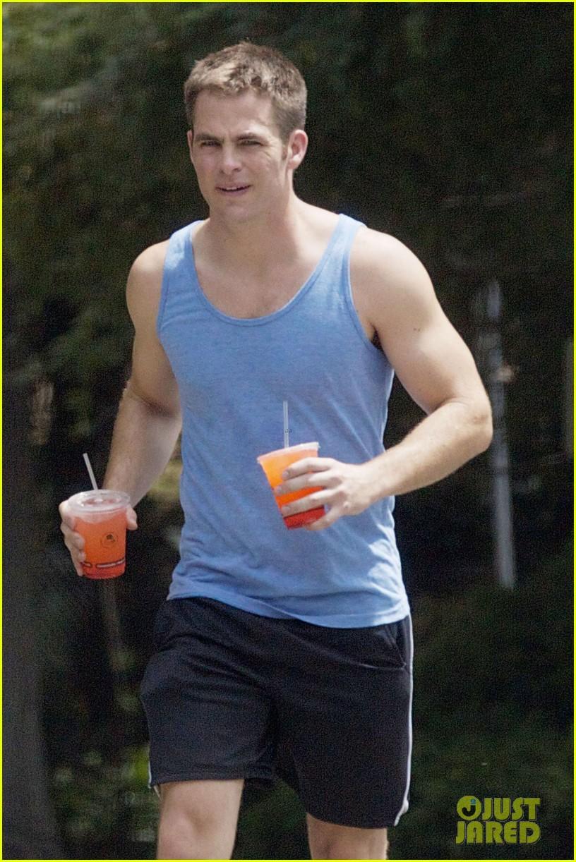 chris pine buff biceps on juicy jog photo 2703377