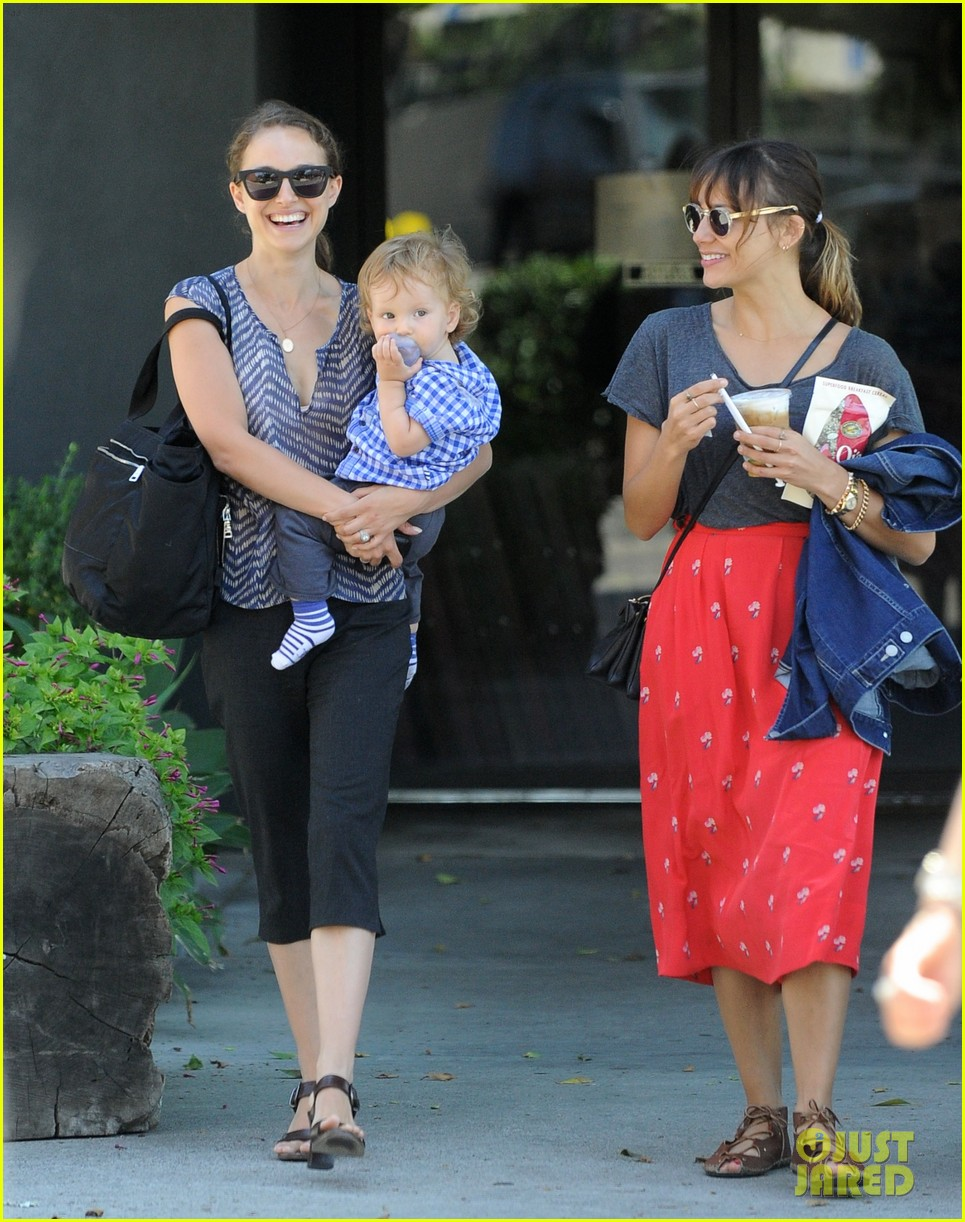 natalie portman aleph day out with rashida jones 01