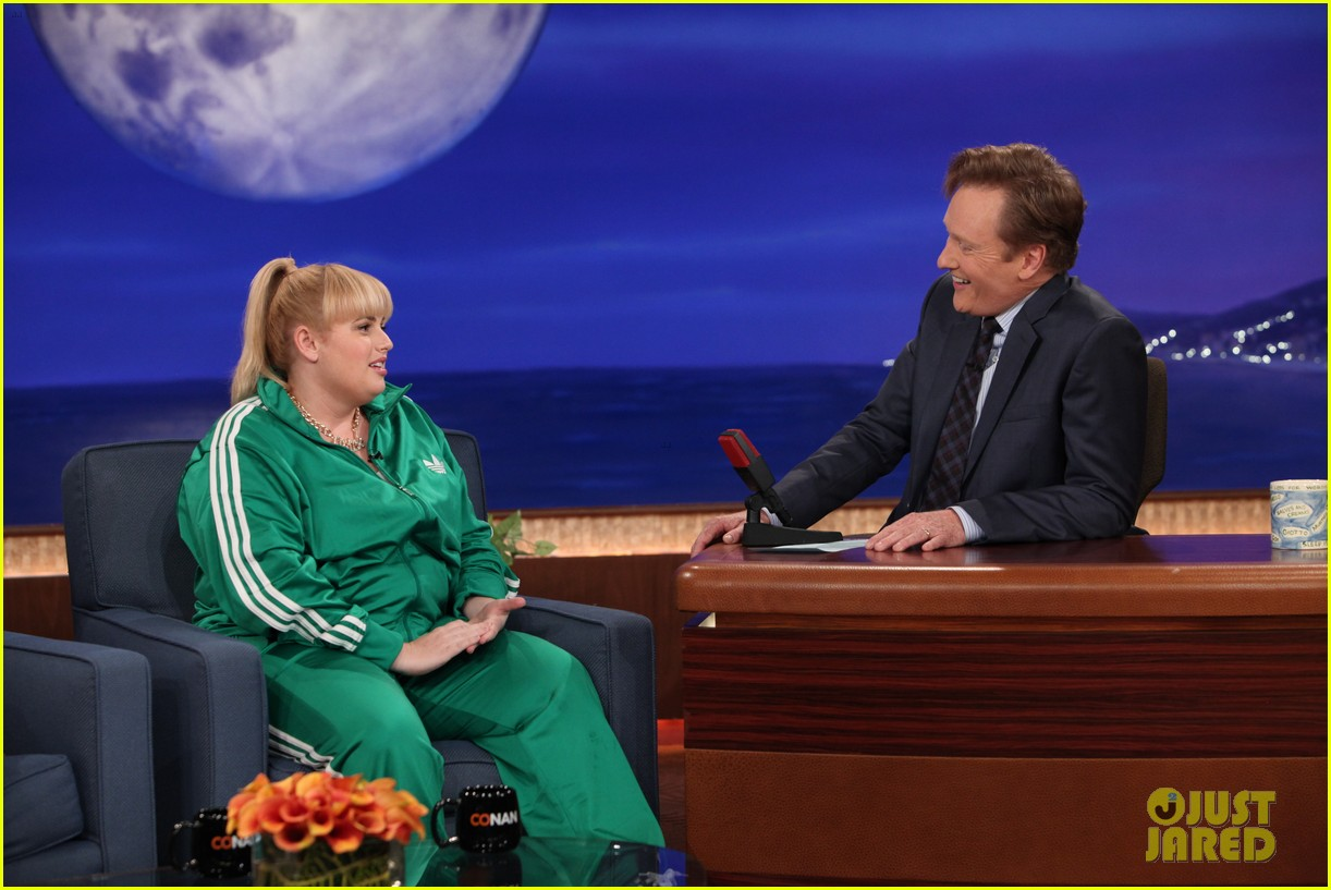 rebel wilson reads hilarious note from new neighbor conan