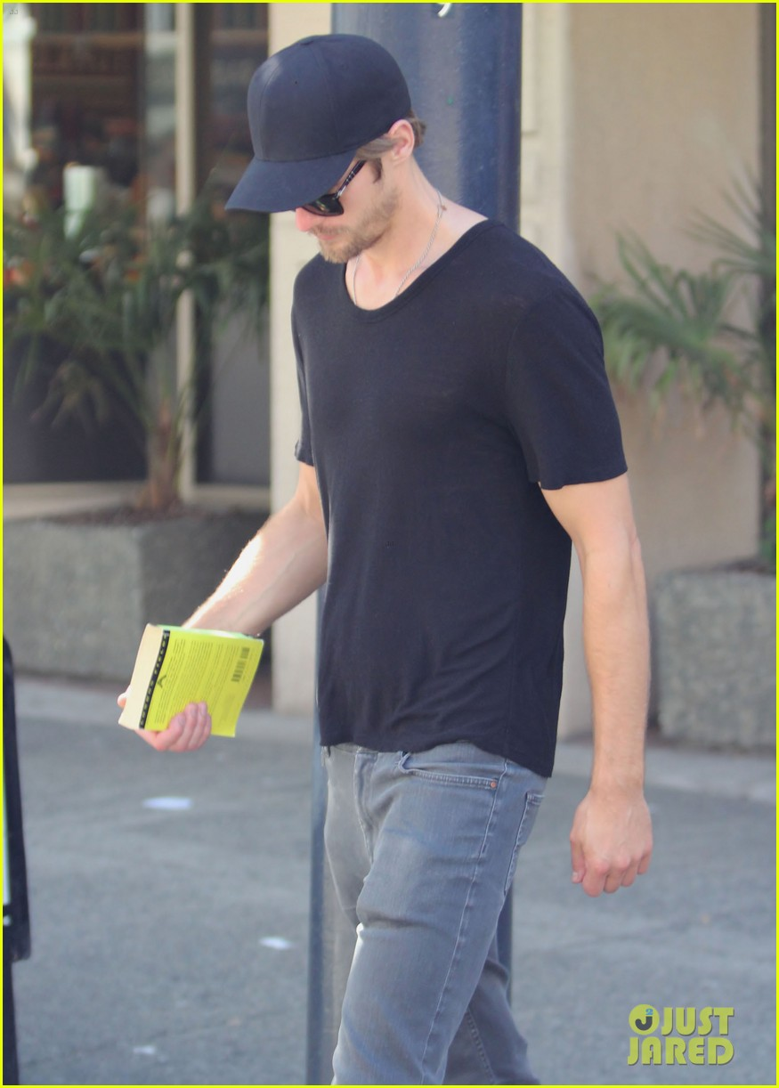 alexander skarsgard seeing a movie 08