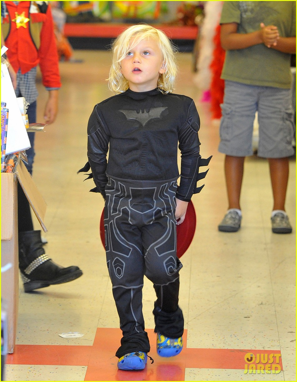 gwen stefani halloween shopping with kingston zuma 01