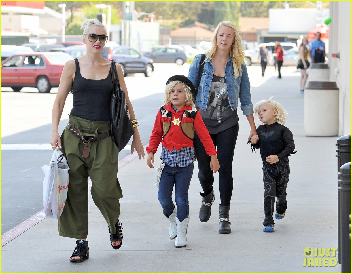 gwen stefani halloween shopping with kingston zuma 03