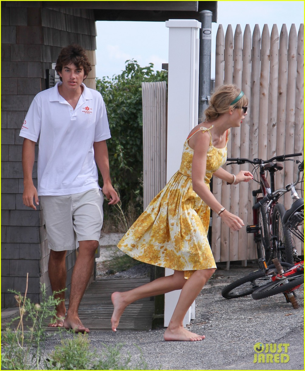 taylor swift runs in hyannis port 042706672