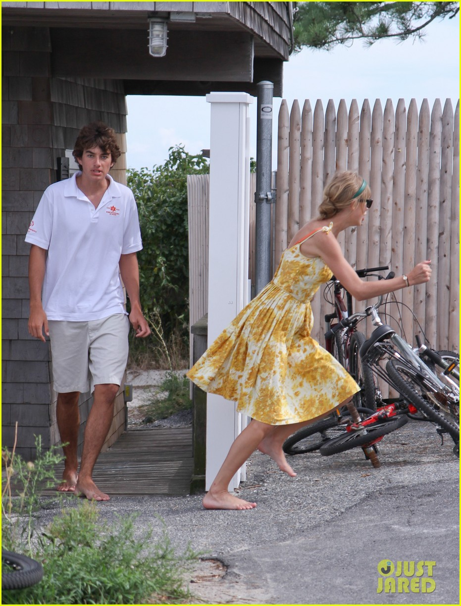 taylor swift runs in hyannis port 05