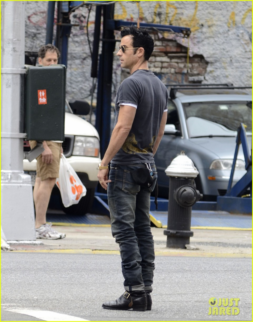 justin theroux steps out post engagement 04
