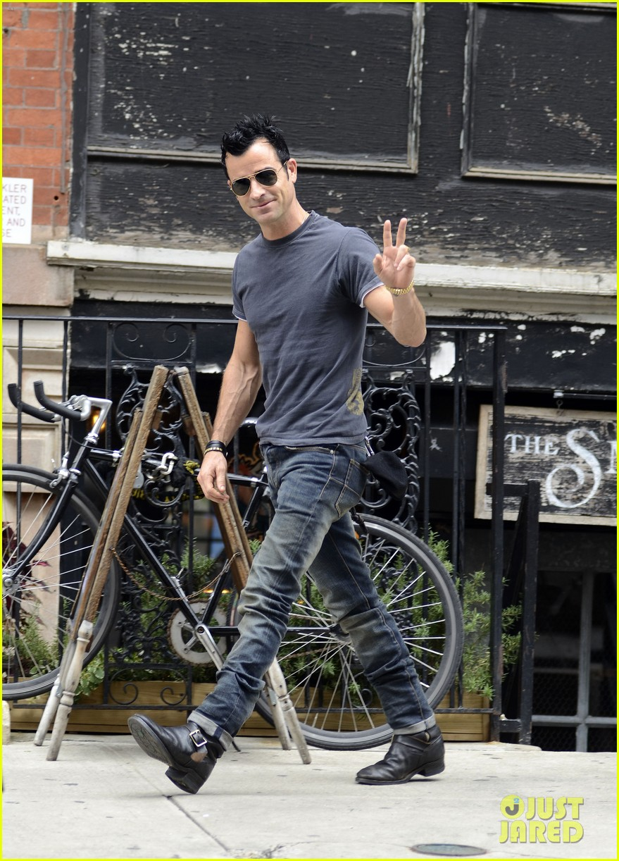 justin theroux steps out post engagement 062704879