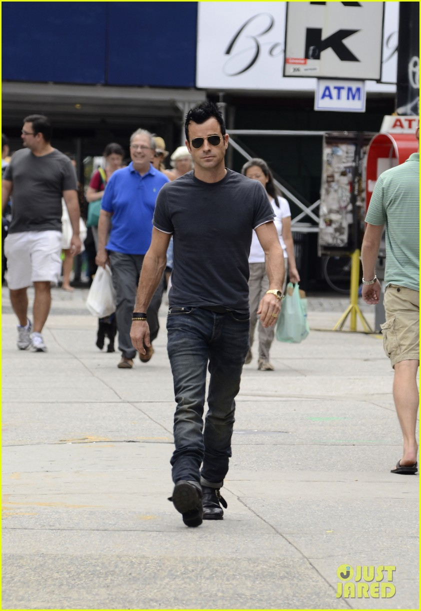 justin theroux steps out post engagement 09