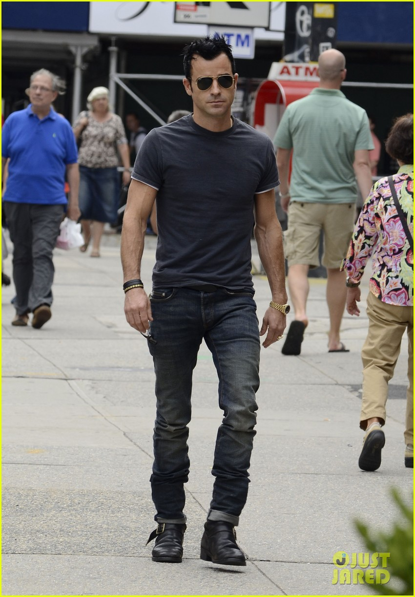 justin theroux steps out post engagement 122704885