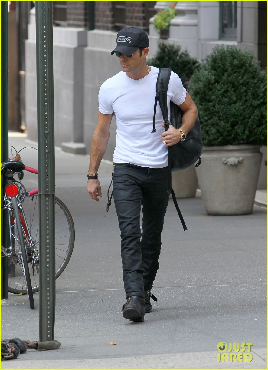 justin theroux reigns supreme in washington square park 09