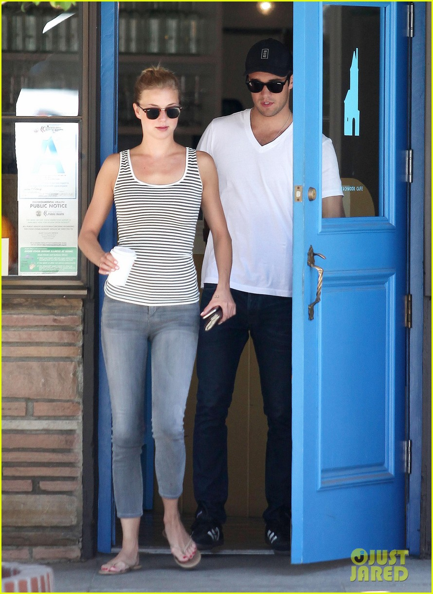 emily vancamp josh bowman beachwood cafe couple 06