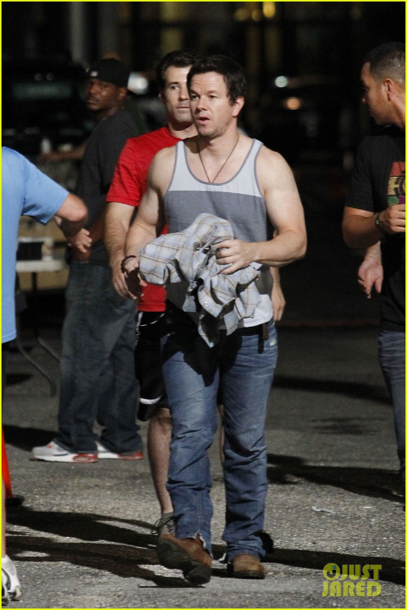 mark wahlberg bares his guns on 2 guns set 08