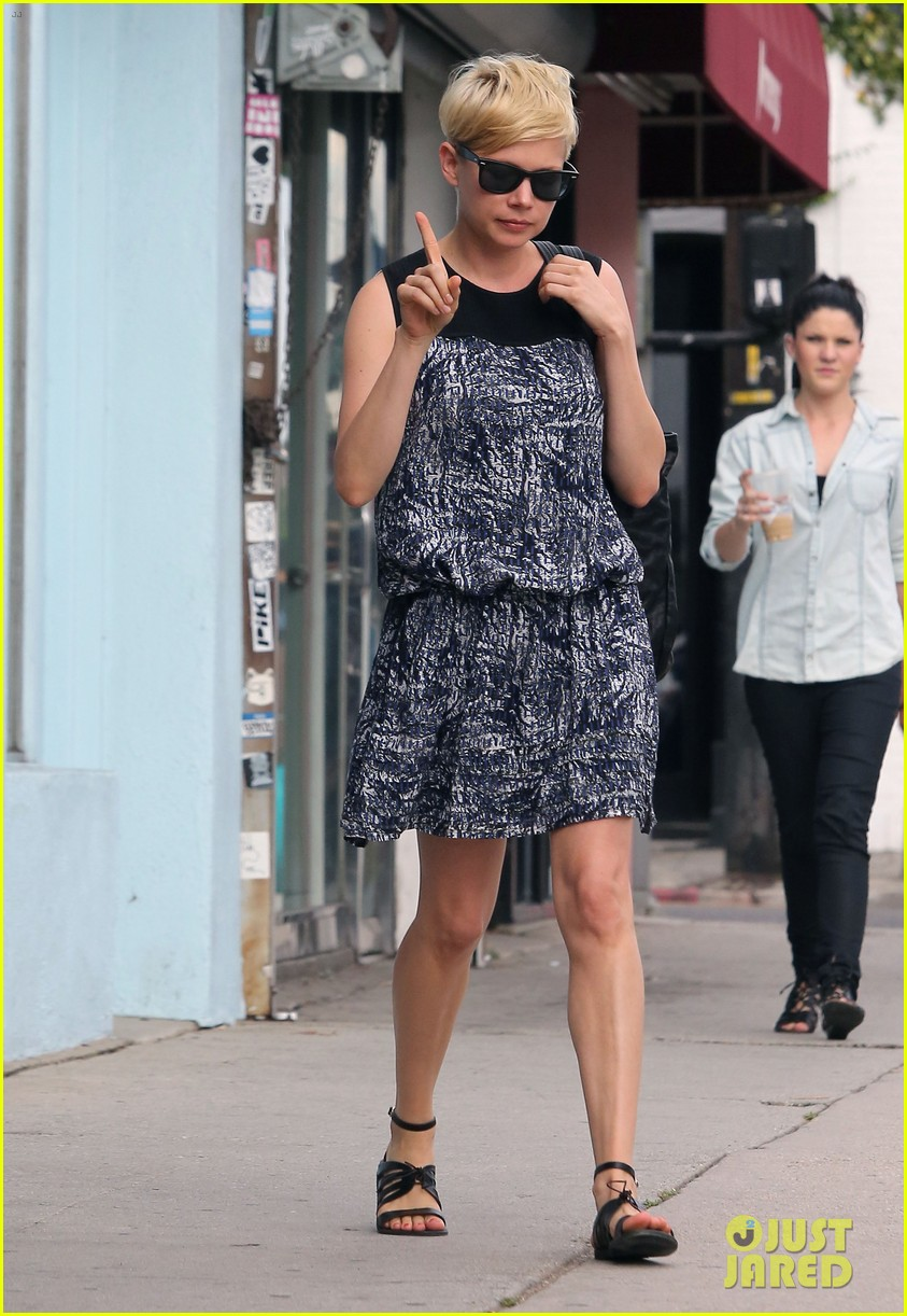 michelle williams glasses shopping with matilda 11