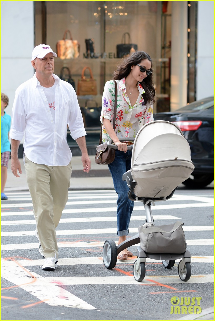 bruce willis emma heming shopping with baby mabel 29