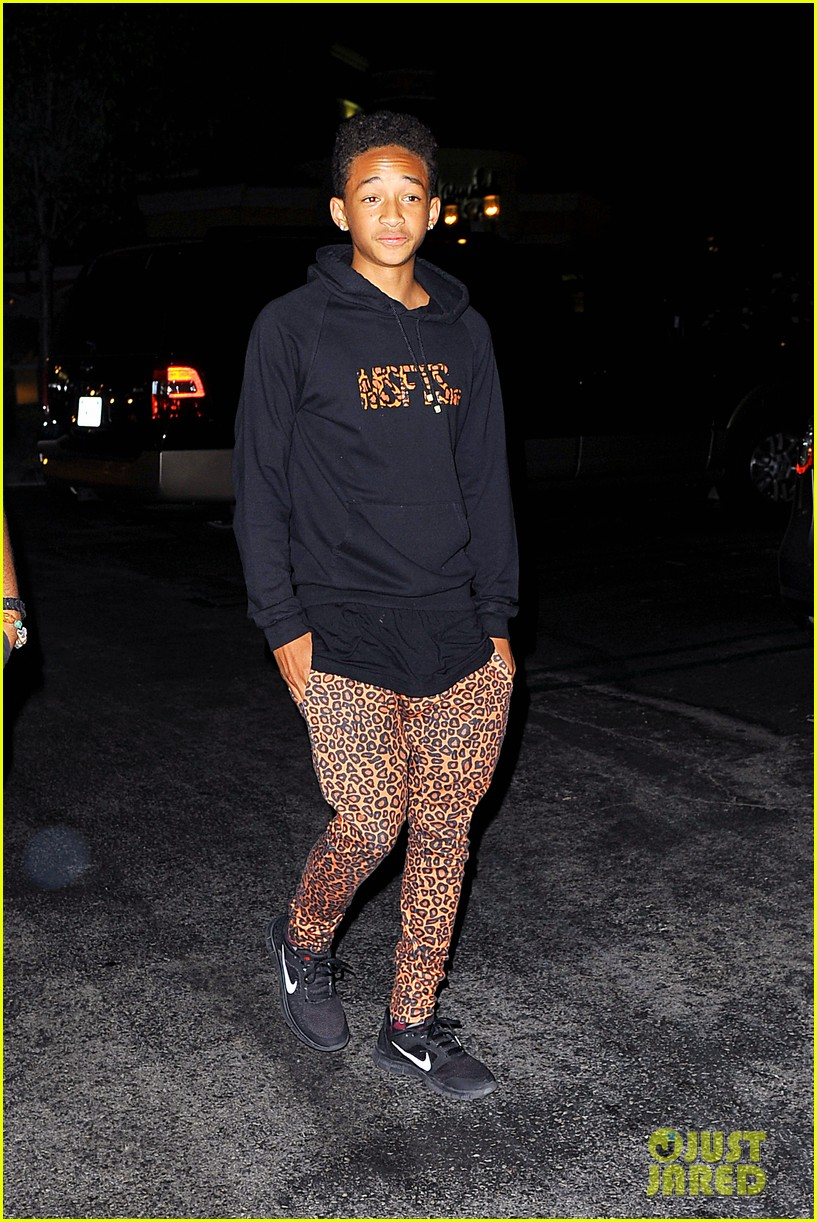 willow smith starbucks run 02