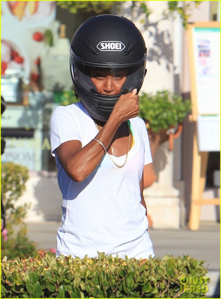 willow smith starbucks run 06