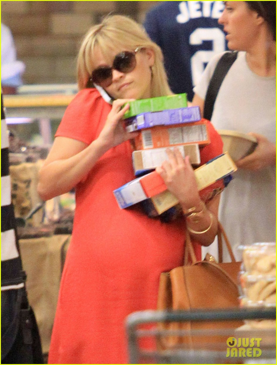 reese witherspoon red dress baby bump 18