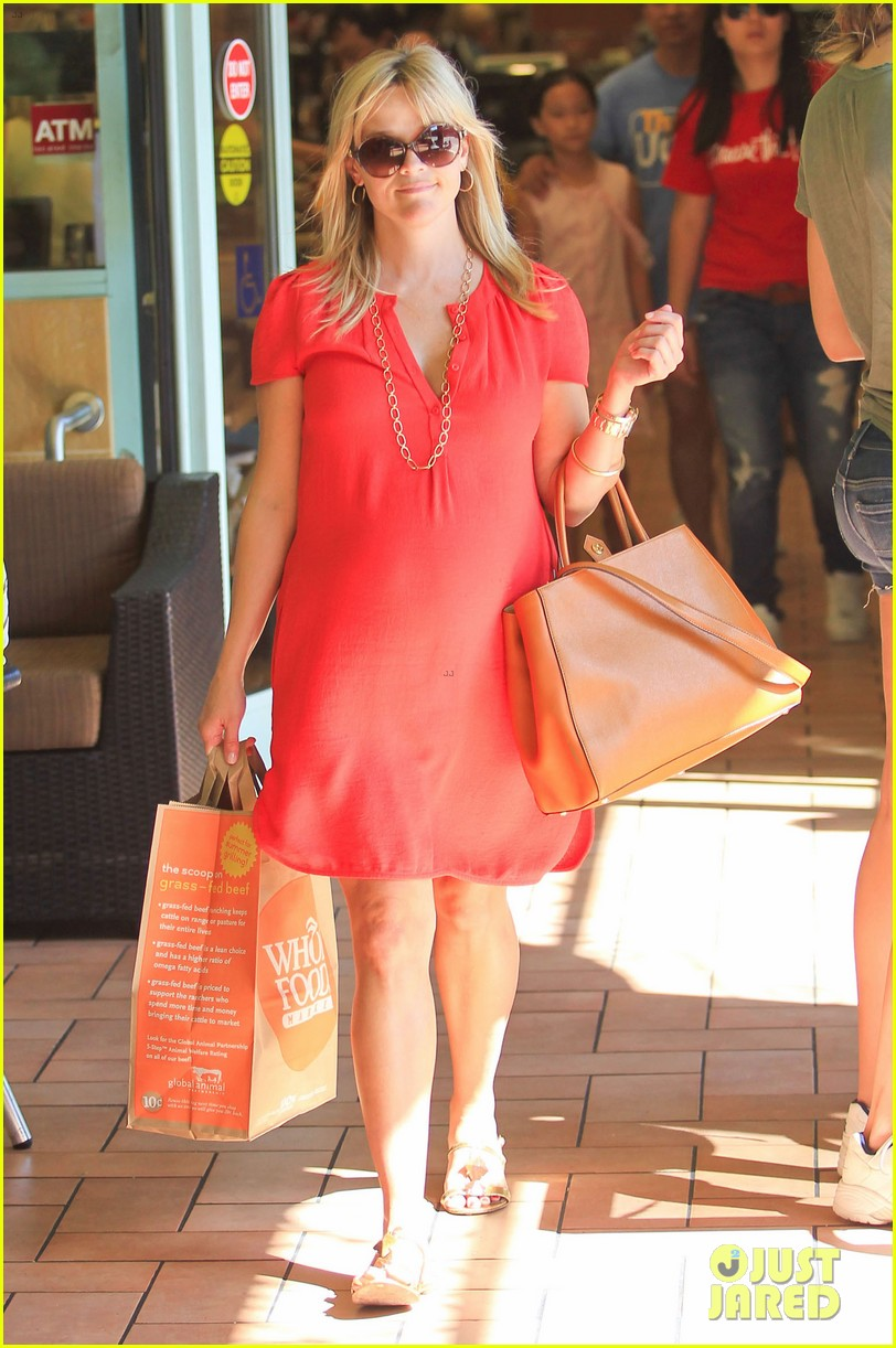 reese witherspoon red dress baby bump 27