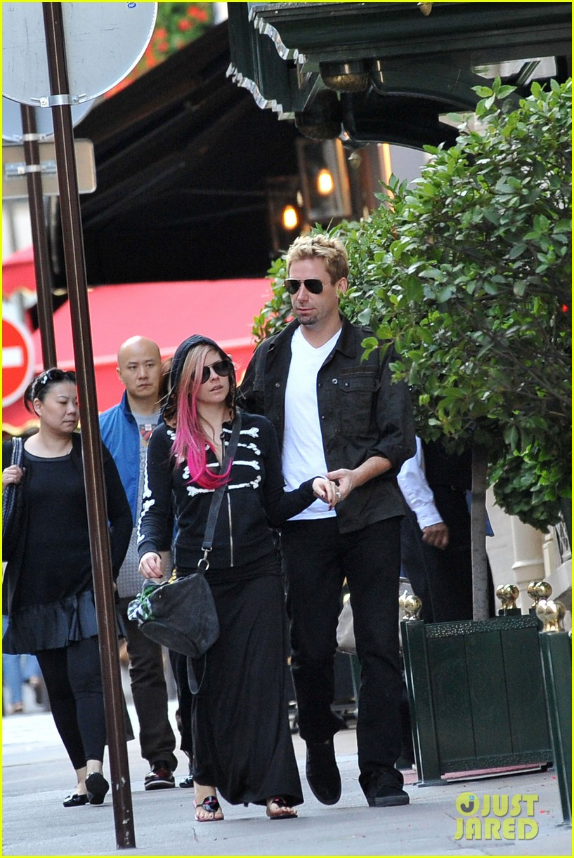 avril lavigne chad kroeger hold hands paris 022721201
