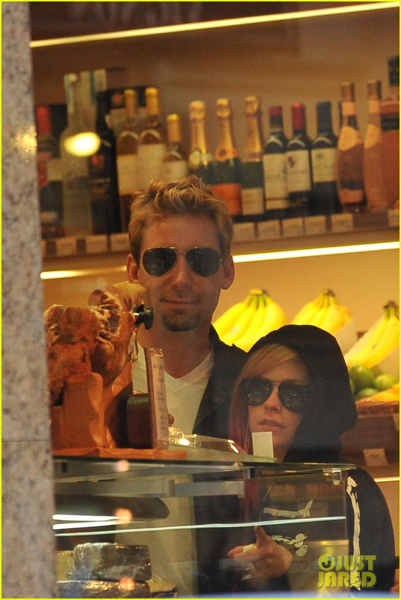 avril lavigne chad kroeger hold hands paris 112721210