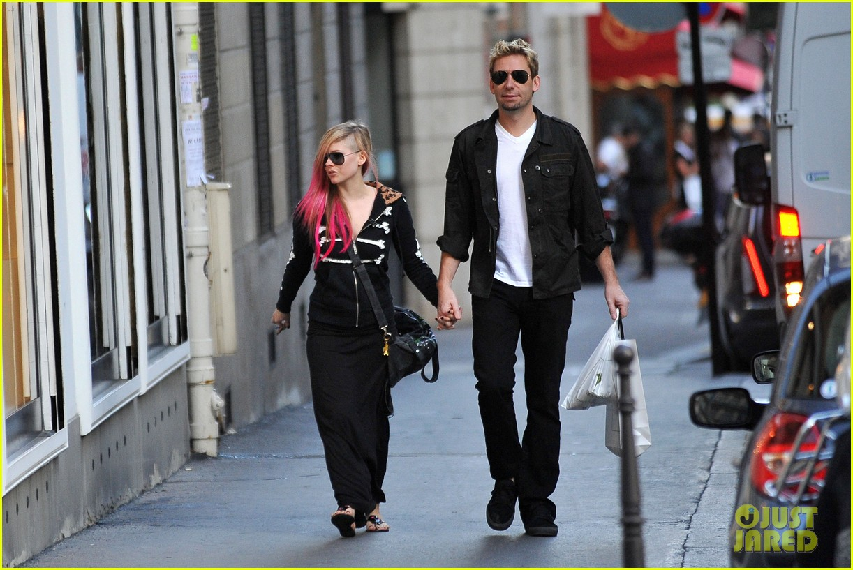 avril lavigne chad kroeger hold hands paris 162721215