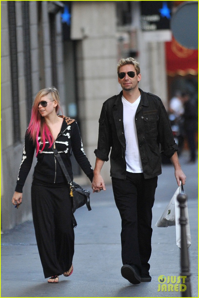avril lavigne chad kroeger hold hands paris 17