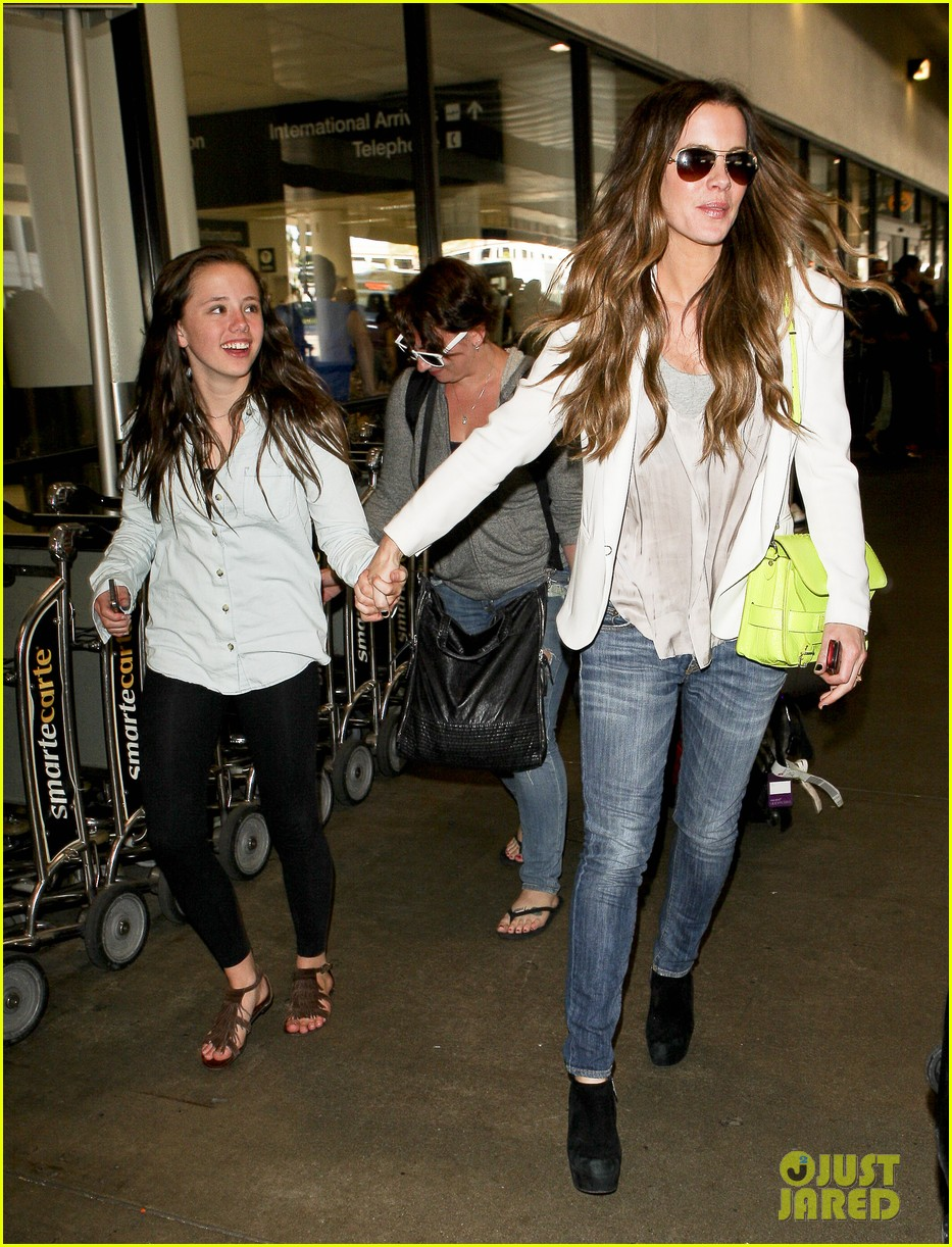 kate beckinsale arrives lax family 052713084