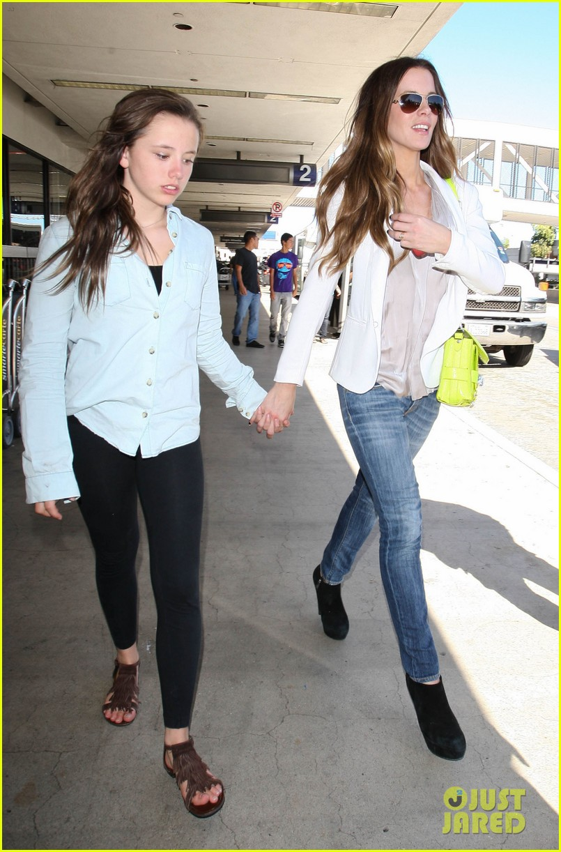 kate beckinsale arrives lax family 21