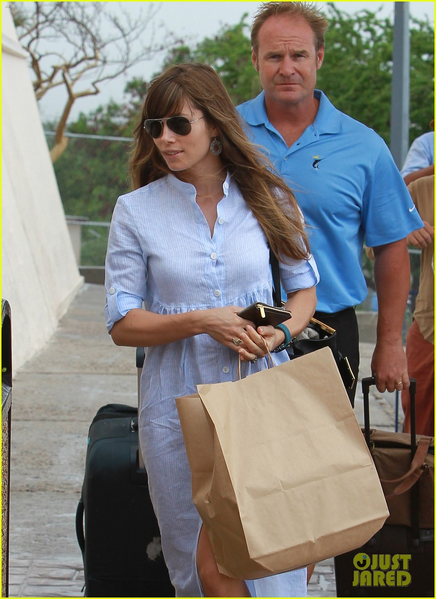 jessica biel halle berry head home from cabo wedding 02