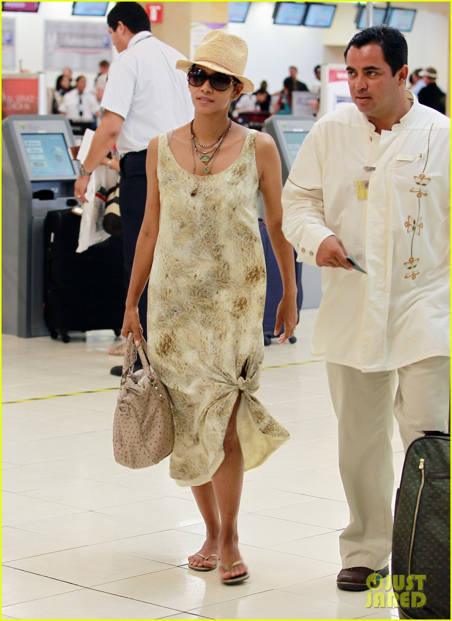 jessica biel halle berry head home from cabo wedding 03