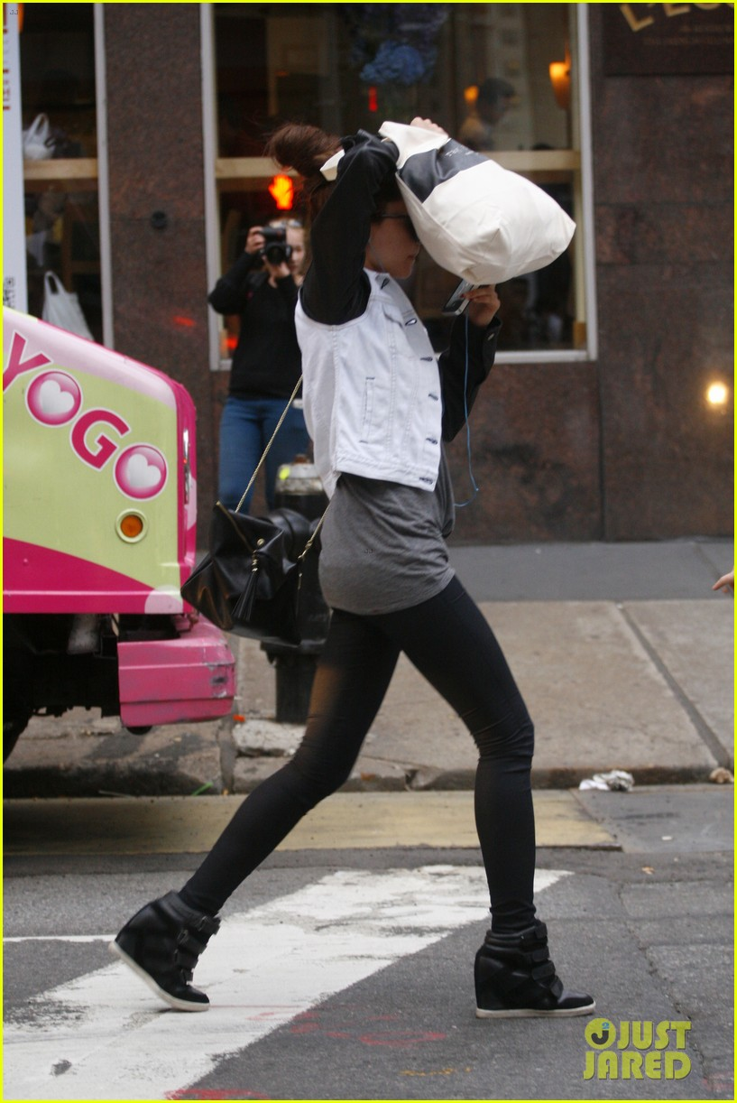 amanda bynes hides her face in new york city 03