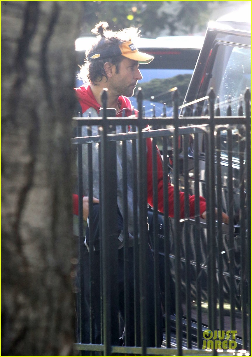 bradley cooper leaves zoe saldana house 132726437