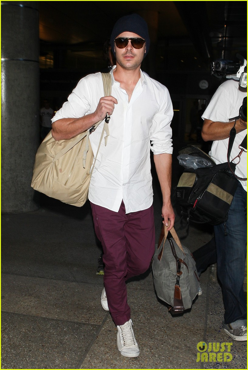 zac efron arrives home from venice 01
