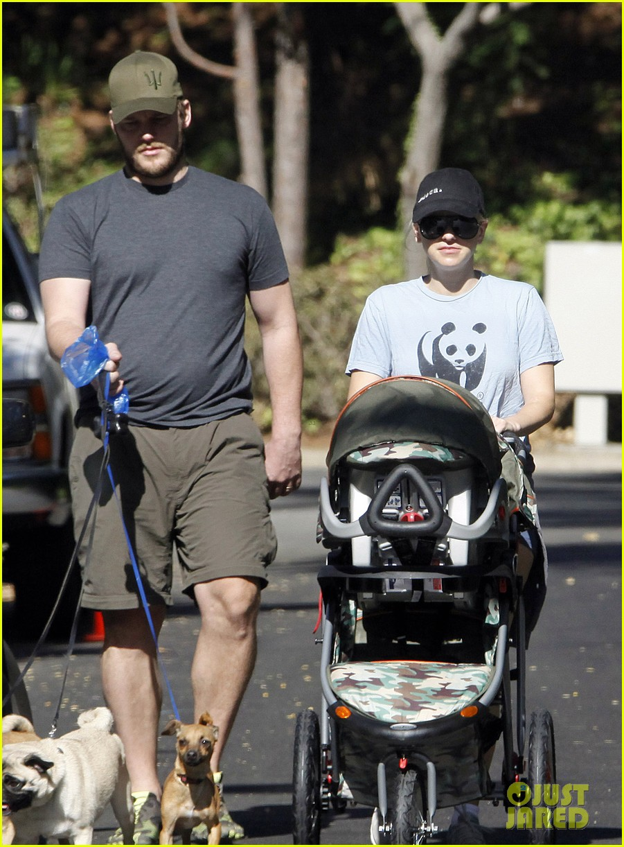 anna faris chris pratt strolling with baby jack 08