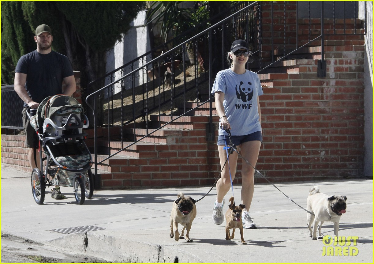 anna faris chris pratt strolling with baby jack 22