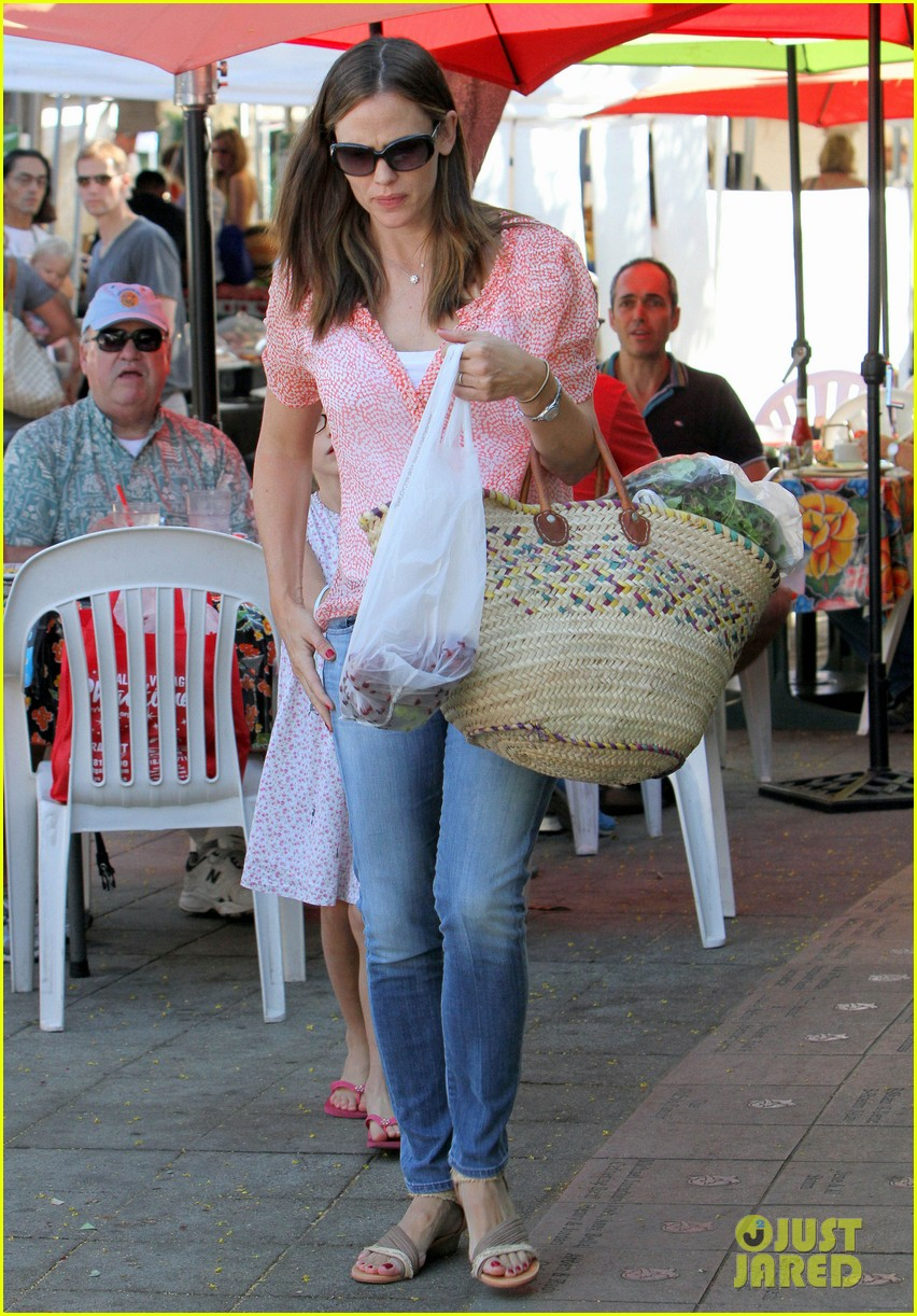 jennifer garner kisses for violet 09