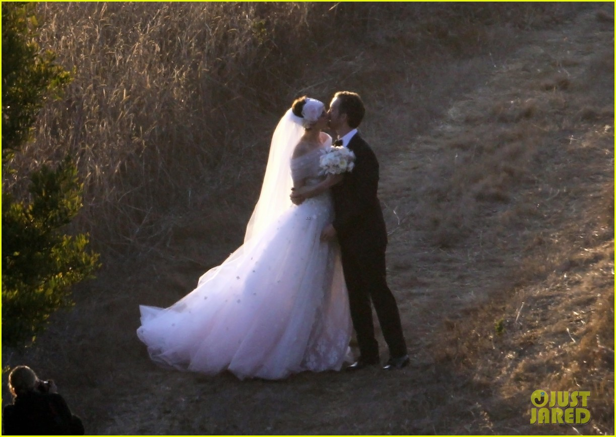 anne hathaway wedding pictures adam shulman 07
