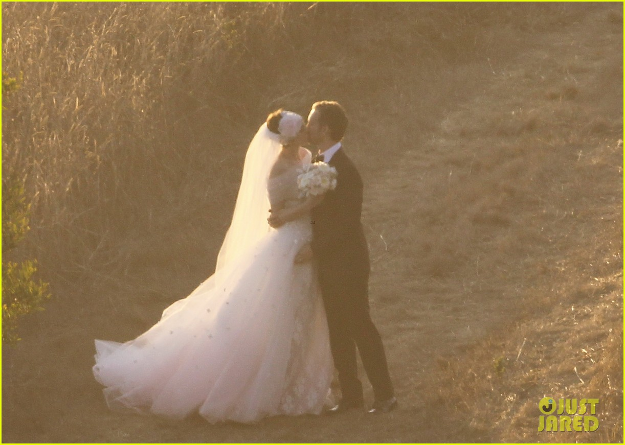 anne hathaway wedding pictures adam shulman 11