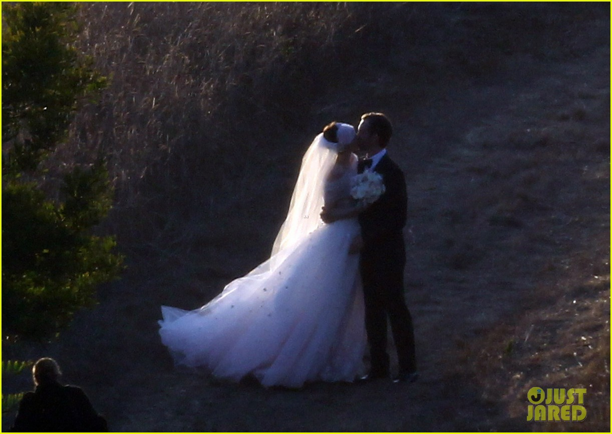 anne hathaway wedding pictures adam shulman 22