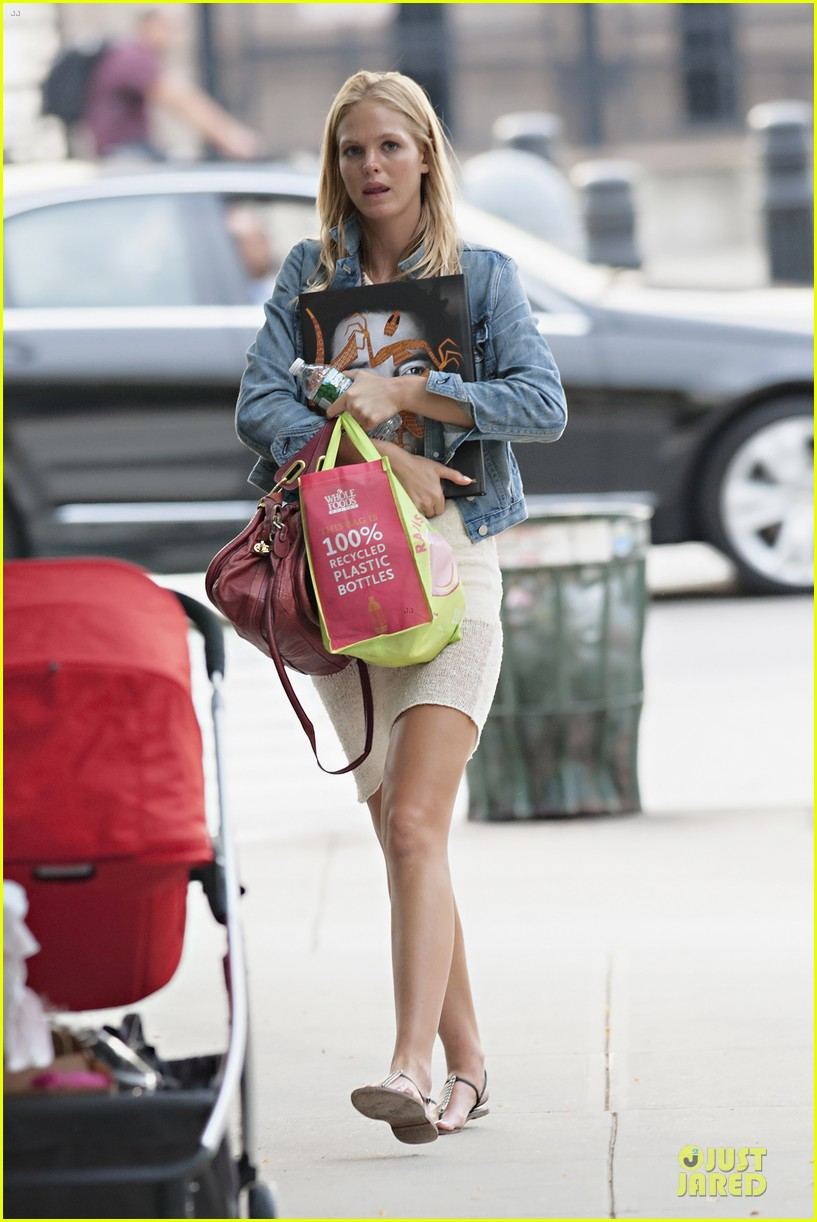 erin heatherton recycles plastic bottles 032716387