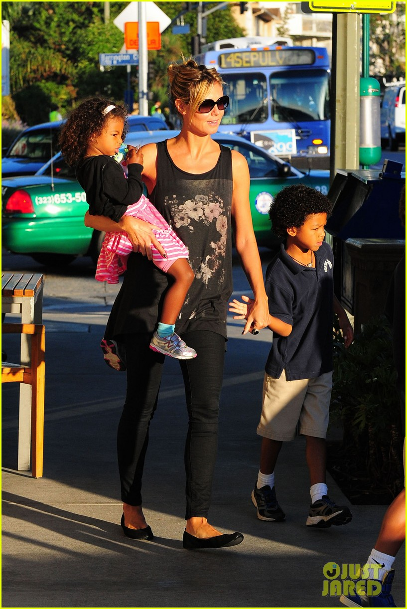 heidi klum starbucks run with kids 14